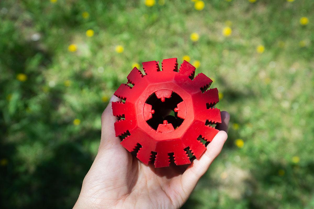 Close-up van de snack dispenser KONG Stuff-A-Ball.