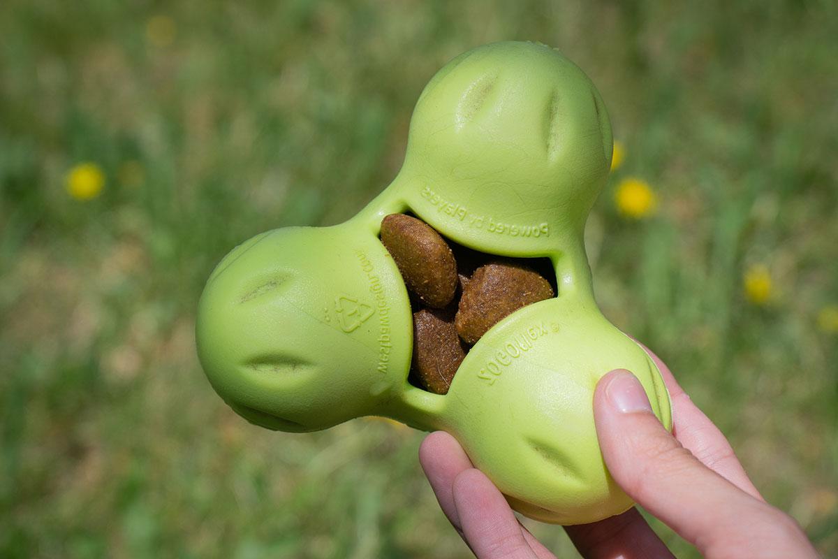 West Paw Tux gevuld met hondenbrokken.
